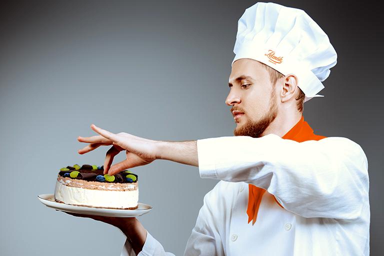 Zelenák Sütiház- Cukrász befejezi a garantáltan gluténmentes és keresztszennyezés mentes duplacsoki tortát