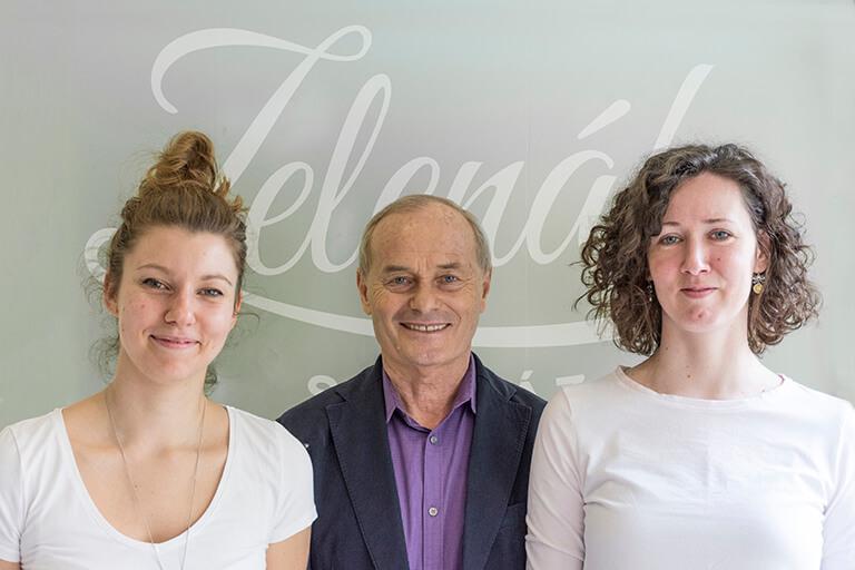 Zelenák András névadó tulajdonos, Kecskés Barbarával és Kiss Viktóriával a Zelenák Sütiház munkatársaival