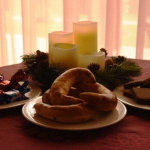 karácsonyi asztal közepén pozsonyi kiflivel scaled